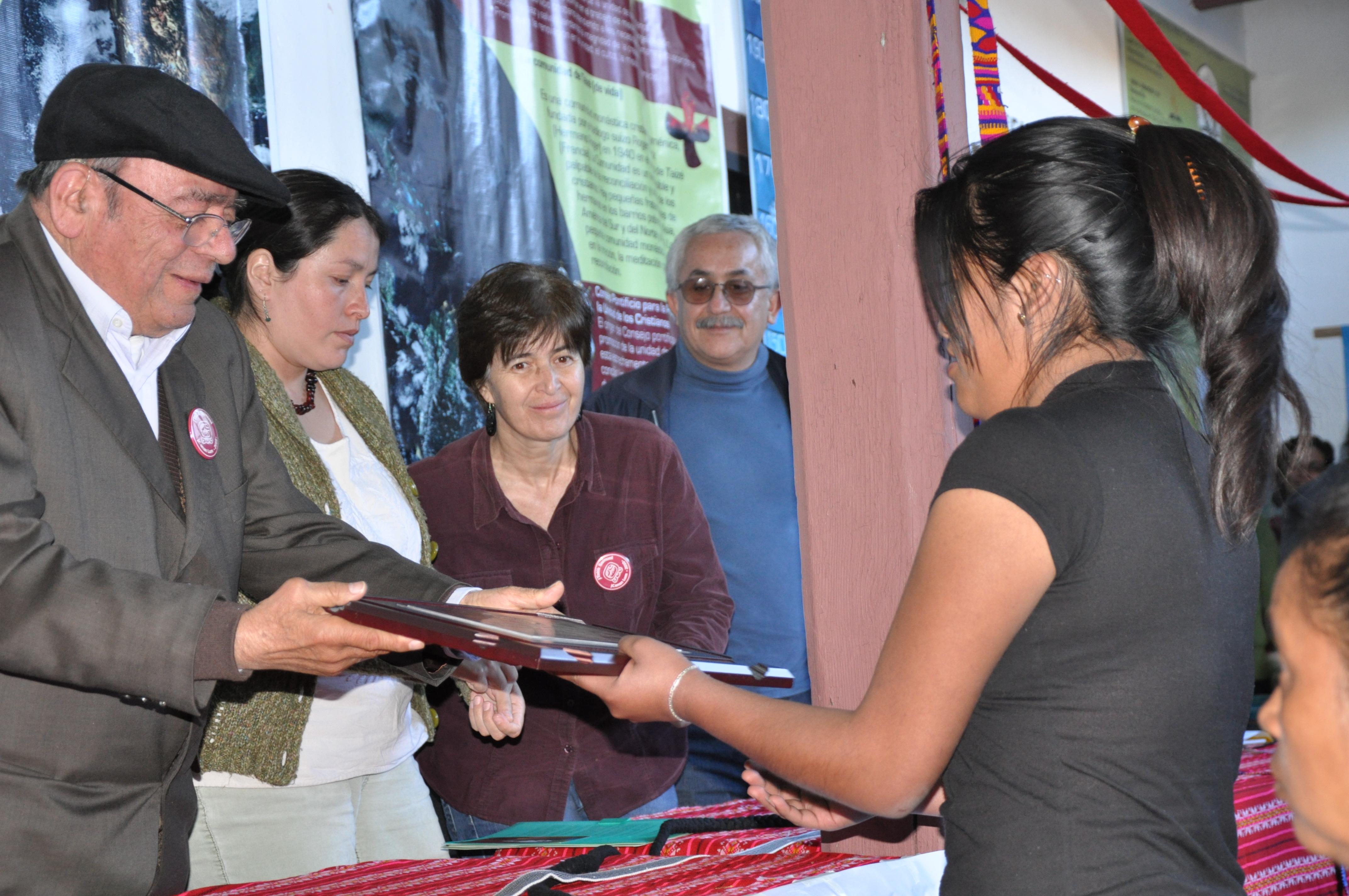 Don Samuel entrega reconocimiento Patishtán a su hija Gaby